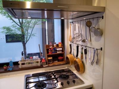 フックでキッチン用具をぶら下げる