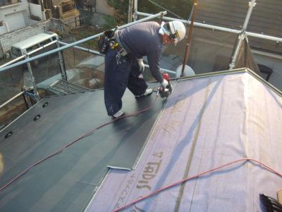 新しい屋根材を施工